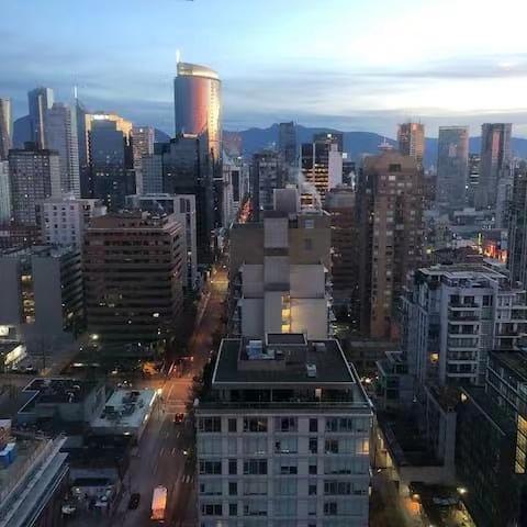 Vancouver Downtown 1br 1den 28th Floor Condo with Mountain Views